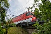 Der Luzern-Engelberg-Express mit einer Lok des Typs HGe 4/4. Bild: Roger Grütter (Hergiswil, 24. Juni 2018)