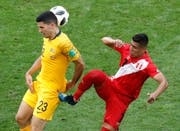 Australiens Tom Rogic (links) und Perus Paolo Hurtado (Bild: AP Photo/Efrem Lukatsky)