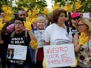 Vor dem Gerichtsgebäude demonstrierten Dutzende Betroffene und Sympathisanten. (Bild: KEYSTONE/EPA EFE/CHEMA MOYA)