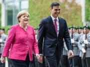 Angela Merkel und Pedro Sanchez am Dienstag in Berlin beim Abschreiten der Ehrengarde. (Bild: Keystone/EPA/CLEMENS BILAN)