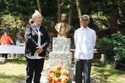 Der philippinische Botschafter Denis Yap Lepatan (rechts) zusammen mit der Wassner Gemeindepräsidentin Kristin T. Schnider nach der Kranzniederlegung. (Bild: Paul Gwerder (Wassen, 25. Juni 2018))