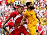 Australiens Captain Mile Jedinak (rechts) steigt höher als Paolo Guerrero, doch zum Matchwinner avanciert der Peruaner (Bild: KEYSTONE/EPA/RONALD WITTEK)