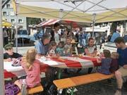Das sonnige Wetter lockte zahlreiche Gäste an den erweiterten Wochenmarkt. (Bild: PD)