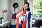Cattleya, Tracht und beide Fahnen: Maria Elena Känel Alvarado ist bereit für das Spiel heute Abend. (Bild: Ralph Ribi)
