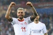 Die Schweizer Valon Behrami feiert den Sieg gegen Serbien. (Bild: KEY)