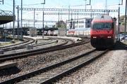 Noch fährt dieser Doppelstöcker an Wil vorbei Richtung St.Gallen. Ab dem 7. Juli ist für den IC1 hier Endstation. (Bild: Simon Dudle)
