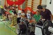 Die Band für die Livemusik probt bereits mit dem Ensemble. (Bild: Michael Hug)