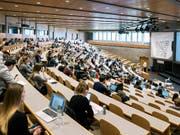 Haben nach dem Abgang öfters mehrere Jobs gleichzeitig: Studierende, hier an der Universität St. Gallen. (Bild: KEYSTONE/CHRISTIAN BEUTLER)