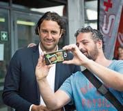 Luca Toni (links) lässt sich mit einem Fan fotografieren. (Bild: Roger Grütter (Luzern. 24. Juni 2018))