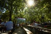 Es ist Sommer pur und die WM lockt die Menschen in die Public Viewing. So hier bei der Ufschötti in Luzern. Bild: Jakob Ineichen (Luzern, 26. Juni 2018)