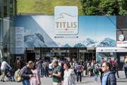 Touristen Gruppen bei der Talstation der Titlis Bergbahnen in Engelberg. (Bild: Urs Flüeler/Keystone)