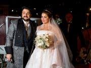 Anna Netrebko und ihr Mann Yusif Eyvazov - hier 2015 auf ihrer Hochzeit - werden nächstes Jahr gemeinsam in der Arena von Verona auftreten. Das Engagement steht in Zusammenhang mit dem Versuch, das beschädigte Image der Arena zu verbessern. (Bild: Keystone/EPA/CHRISTIAN BRUNA)