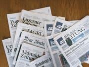 Es dauert noch bis zum gemeinsamen Joint-Venture: Die Wettbewerbskommission (Weko) will den Zusammenschluss der Regionalmedien der NZZ-Gruppe sowie deren Online-Portale mit den AZ Medien noch vertieft prüfen. (Bild: KEYSTONE/CHRISTIAN BEUTLER)