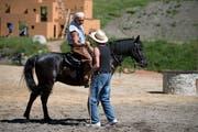 Tom Volkers (Winnetou) auf dem Pferd und Regisseur Jean Grädel sind mit dem Durchlauf einer Szene zufrieden. (Bilder: Corinne Glanzmann, Engelberg, 20. Juni 2018)