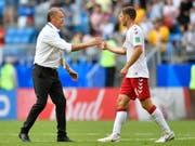 Dänemarks Coach Age Hareide gratuliert Henrik Dalsgaard: Die Dänen stehen im Achtelfinal (Bild: KEYSTONE/AP/MARTIN MEISSNER)