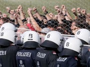 Am Grenzzaun in Spielfeld übernahmen mehr als 200 Polizeischüler die Rolle einer Flüchtlingsgruppe, die mit Sprechchören das Öffnen der Grenze forderte und von der Polizei zurückgehalten wurde. (Bild: Keystone/AP/RONALD ZAK)