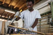 Ein Klient des Zentrums Ranunkel arbeitet in der Holzwerkstatt. (Bild:ZVG)