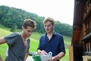 Regisseur Simon Keller (rechts) bespricht eine Szene mit dem französischen Schauspieler Antoine Peres, der die Rolle des Müllersburschen Andrusch spielt. (Bild: Michael Hug)