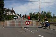 Der Bahnübergang soll künftig ganzjährig nur noch für Velofahrer und Fussgänger passierbar sein. (Bild: Markus Schoch)