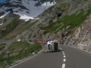 Bei der Fahrt zu Berge ist dieser Urner Personenwagen auf der Sustenstrasse gekippt. (Bild: Kantonspolizei Uri)