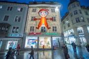 Der Hampelmann während dem Weihnachtsverkauf gehört seit langem zum Stadtbild von St.Gallen. (Bild: Urs Bucher)