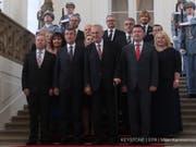 Posieren fürs Gruppenfoto: Tschechiens Präsident Milos Zeman (vorne Mitte) und Ministerpräsident Andrej Babis (vorne 2. v. l.) mit den übrigen Mitgliedern den neuen Kabinetts. (Bild: Keystone/EPA/MILAN KAMMERMAYER)
