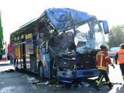 Der verunglückte Reisebus auf der deutschen Autobahn 5. Beim Zusammenstoss des Busses mit einem Abfalltransporter kam eine 30-jährige Reiseleiterin ums Leben. Dutzende weitere Menschen wurden verletzt. (Bild: Keystone/DPA/ULI DECK)