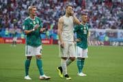 Enttäuschung bei Julian Brand, Manuel Neuer und Joshua Kimmich nach dem Spiel (Bild: Thanassis Stavrakis / AP)