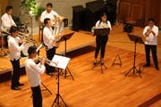 Die fünf Jungmusiker und ihr Leiter Jorge Pachacama schlagen musikalische Brücken über die Kontinente hinweg. (Bild: Markus Bösch)