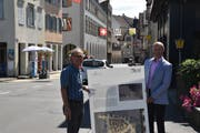 Stadtrat Peter Gubser und Stadtpräsident Andreas Balg präsentieren die neuen Infotafeln. Bild: Annina Flaig