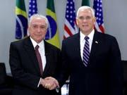 Nach einem Treffen mit dem Präsidenten Brasiliens, Michel Temer (links), am Dienstag hat US-Vizepräsident Mike Pence (rechts) erneut vor einer illegalen Einreise von Menschen in die USA gewarnt. (Bild: KEYSTONE/AP/ERALDO PERES)