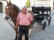 Anton Hugentobler mit Pferd «Lucky» und historischem Leichenwagen vor einer Probe zur Oper «Edgar» von Giacomo Puccini auf dem St. Galler Klosterplatz (Bild: Michael Nyffenegger/sda)