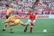 Spektakulärer Sieg gegen Rumänien an der WM 1994: In der magischen Nacht von Detroit lässt Alain Sutter einen rumänischen Verteidiger ins Leere laufen. (KEYSTONE/Str)