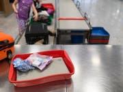 Ab kommenden Samstag dürfen auf Flügen von Europa in die USA nur noch geringe Mengen Pulver ins Handgepäck. (Bild: KEYSTONE/GAETAN BALLY)
