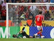 Wie ein B-Junior: Marco Streller schiesst den Ball beim WM-Achtelfinal in Deutschland direkt in die Hände des ukrainischen Torhüters. (EPA/Kochetkov/Köln, 26. Juni 2006)