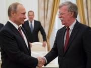 Wladimir Putin und der US-Sicherheitsberater John Bolton am Mittwoch in Moskau. (Bild: Keystone/EPA AP POOL/ALEXANDER ZEMLIANICHENKO / POOL)