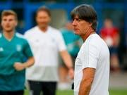 Die Lage ist ernst, aber nicht hoffnungslos: Der Trainer Joachim Löw beim Training der Deutschen vor dem Spiel gegen Südkorea. (Bild: KEYSTONE/EPA/DIEGO AZUBEL)