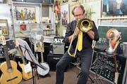 «JazzInfusion»-Bandleader Joachim Tillmanns spielt sich in seinem Musikkeller ein. (Bild: Christine Luley)
