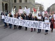 Ungewöhnliche Bilder im Januar und Februar: Journalistinnen und Journalisten der Schweizerischen Depeschenagentur SDA sowie Gewerkschaftsvertreter demonstrieren gegen den geplanten Stellenabbau. Jetzt ist der Konflikt mit einer Schlichtung beigelegt worden. (Bild: KEYSTONE/ANTHONY ANEX)