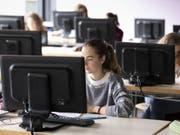 Bis in vier Jahren müssen alle Gymi-Schülerinnen und -schüler den Informatikunterricht besuchen. (Bild: Keystone/GAETAN BALLY)