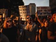 In den USA sind am Dienstag zahlreiche Menschen auf die Strasse gegangen, um ihren Unmut über den Entscheid des Obersten Gerichts der USA zum Einreisebann kundzutun. (Bild: KEYSTONE/FR170905 AP/ANDRES KUDACKI)
