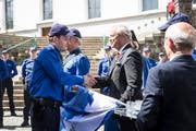 Justiz- und Sicherheitsdirektor Paul Winiker gratuliert dem frisch vereidigten Polizisten Dominik Ettlin. (Bild: Manuela Jans-Koch, Sursee, 24. Mai 2018)