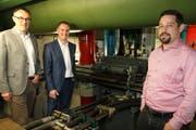 Besichtigen die völlig erneuerte Schockprüfanlage: Marc Cadisch, Christoph Girsberger und André Zahnd (von links). (Bild: Martin Sinzig)