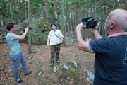 Für die neue Kulturapp wurde in Seelisberg die Szene vom Hirtenjungen gefilmt. Von links: Simon Baumann, Produktionsassistent, Hirtenjunge Adrian Ziegler und Produktionsleiter Martin Weiss. (Bild: Christoph Näpflin)
