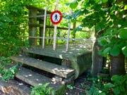 Kein Durchkommen: Die Holzbrücke des Rundwegs um den Sportpark Bergholz bleibt vorerst gesperrt. (Bild: Andrea Häusler)