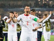 Wollen im Anschluss an die Partie gegen Costa Rica über den dritten Achtelfinal-Einzug in Serie jubeln: die Schweiz und ihr Captain Stephan Lichtsteiner (Bild: KEYSTONE/LAURENT GILLIERON)