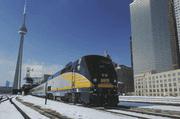 Ein Via-Rail-Zug verlässt den Hauptbahnhof Union Station in Toronto. Links der berühmte Fernsehturm, der 553 Meter hohe CN Tower. (Bild: PD)