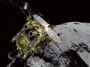 Die japanische Raumsonde «Hayabusa2» hat am Mittwoch ihr Ziel im All erreicht. (Simulationsbild) (Bild: KEYSTONE/AP JAXA)