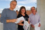 Die SP-Gemeinderäte Andreas Hebeisen, Fabienne Herzog und Dino Lioi informierten über ihr Anliegen. (Bild: Kurt Peter)