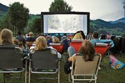 An einem lauen Sommerabend gemütlich einen Film schauen – das geht im Strandbad Buochs-Ennetbürgen auch heuer wieder. (Archivbild: PD)
